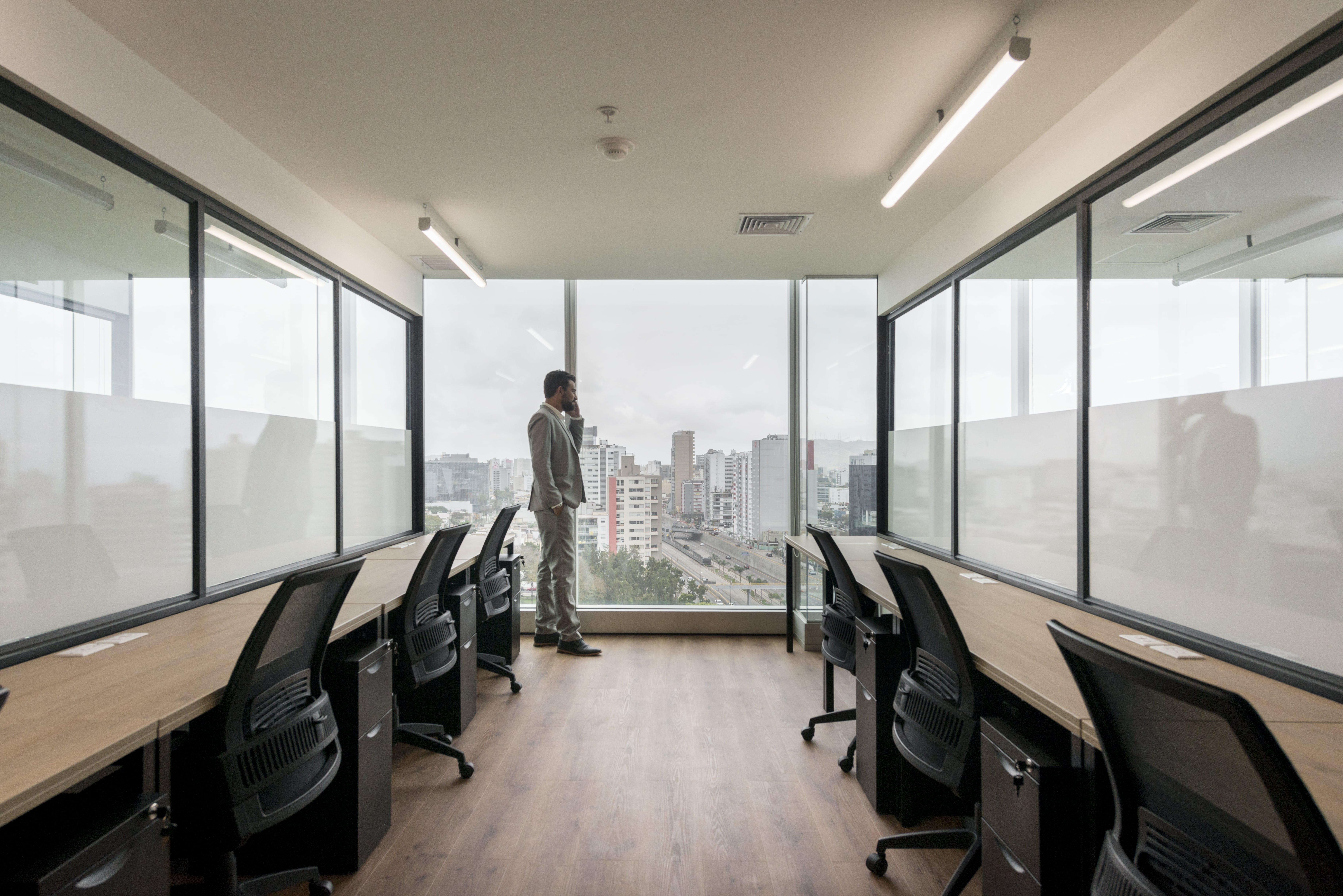 directivo en una oficina mirando la ventana