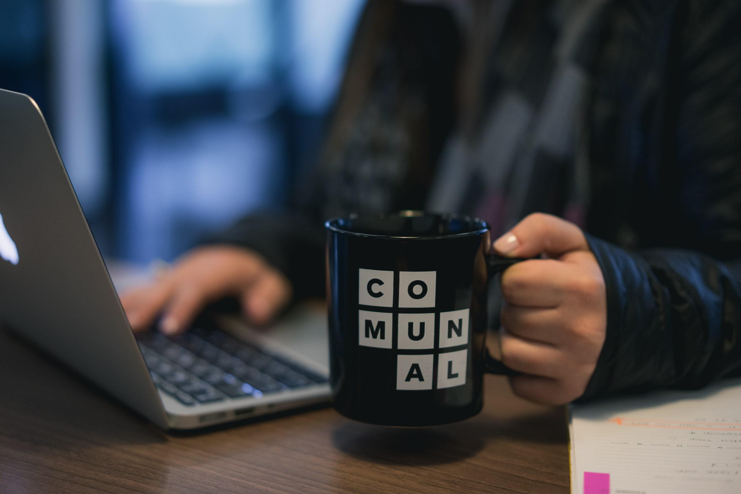 escritorio con laptop y taza de comunal