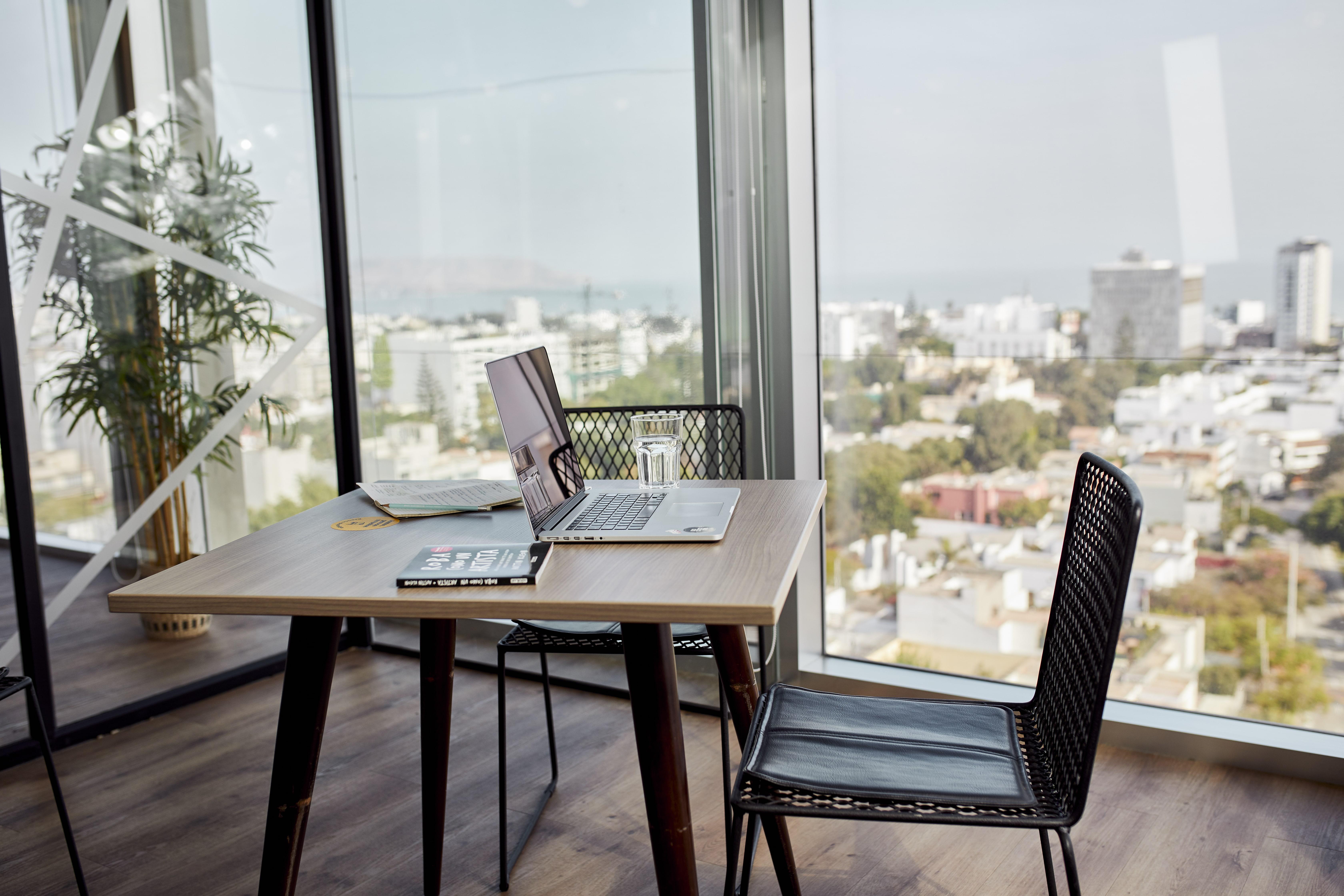 escritorio de trabajo frente a una ventana
