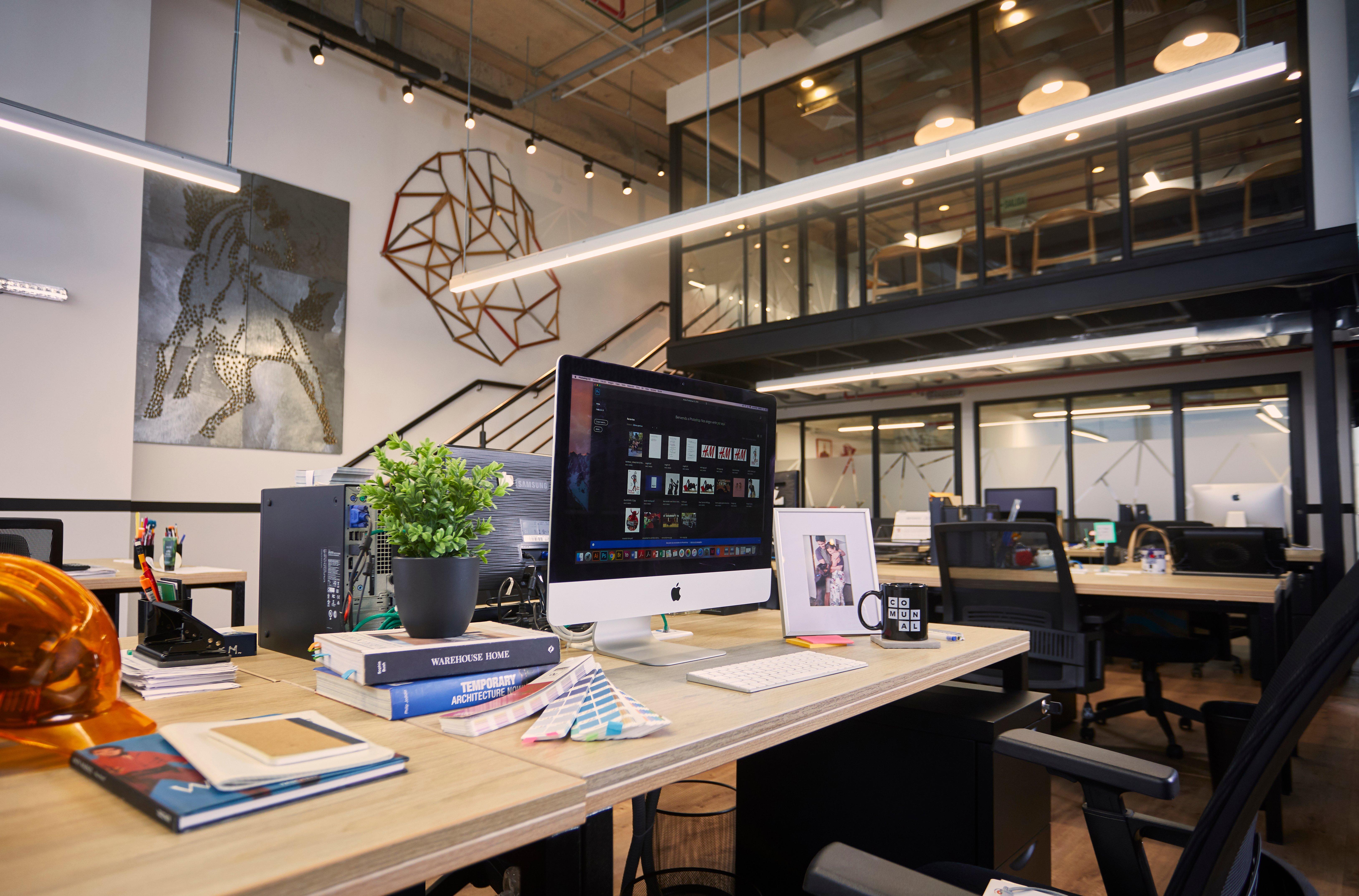 escritorio de una oficina de coworking en comunal