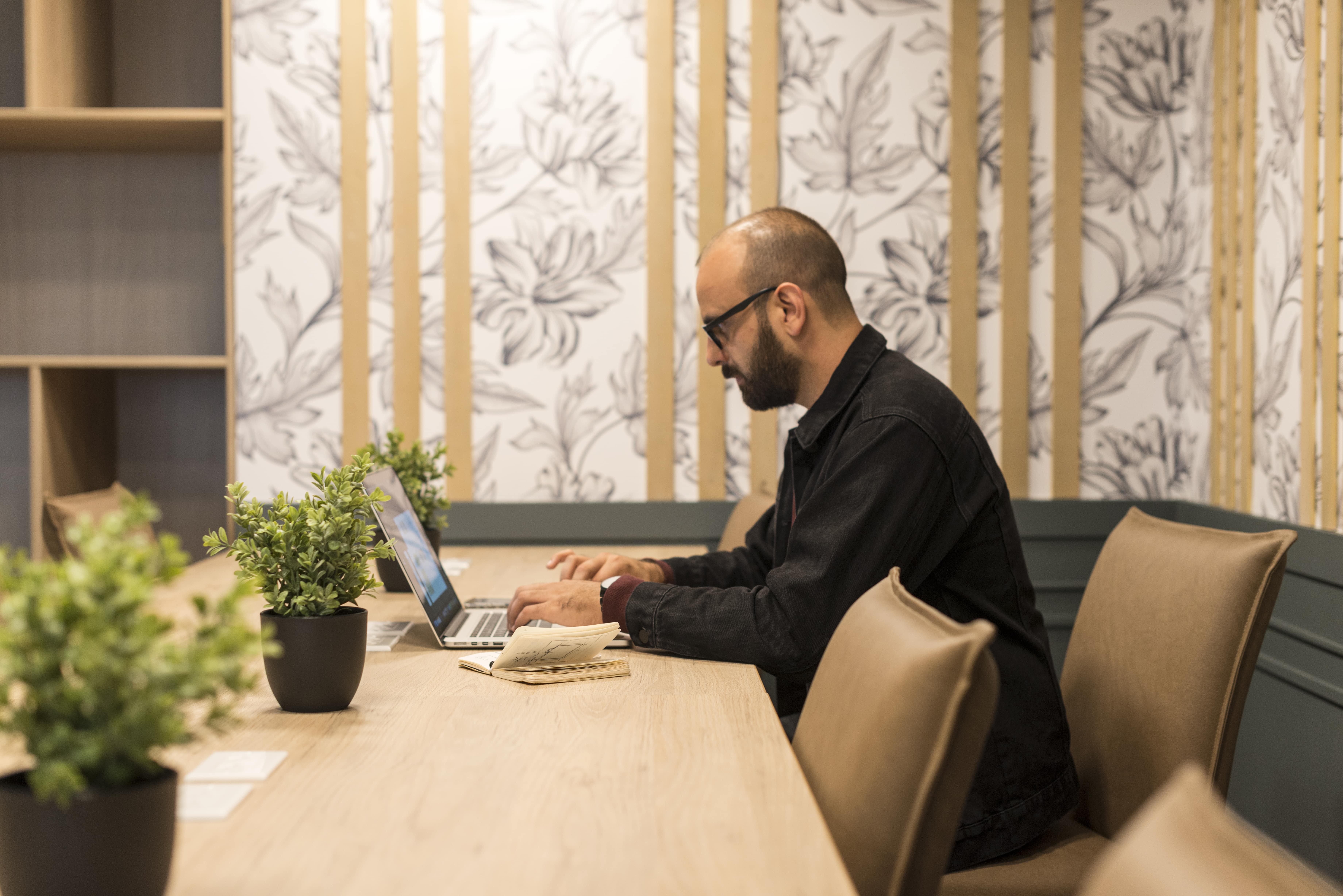 hombre con una laptop realizando una presentacion virtual