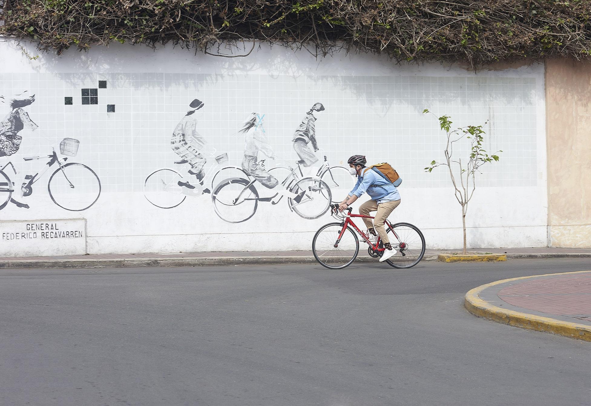 hombre manejando bicicleta hacia su oficina satelite
