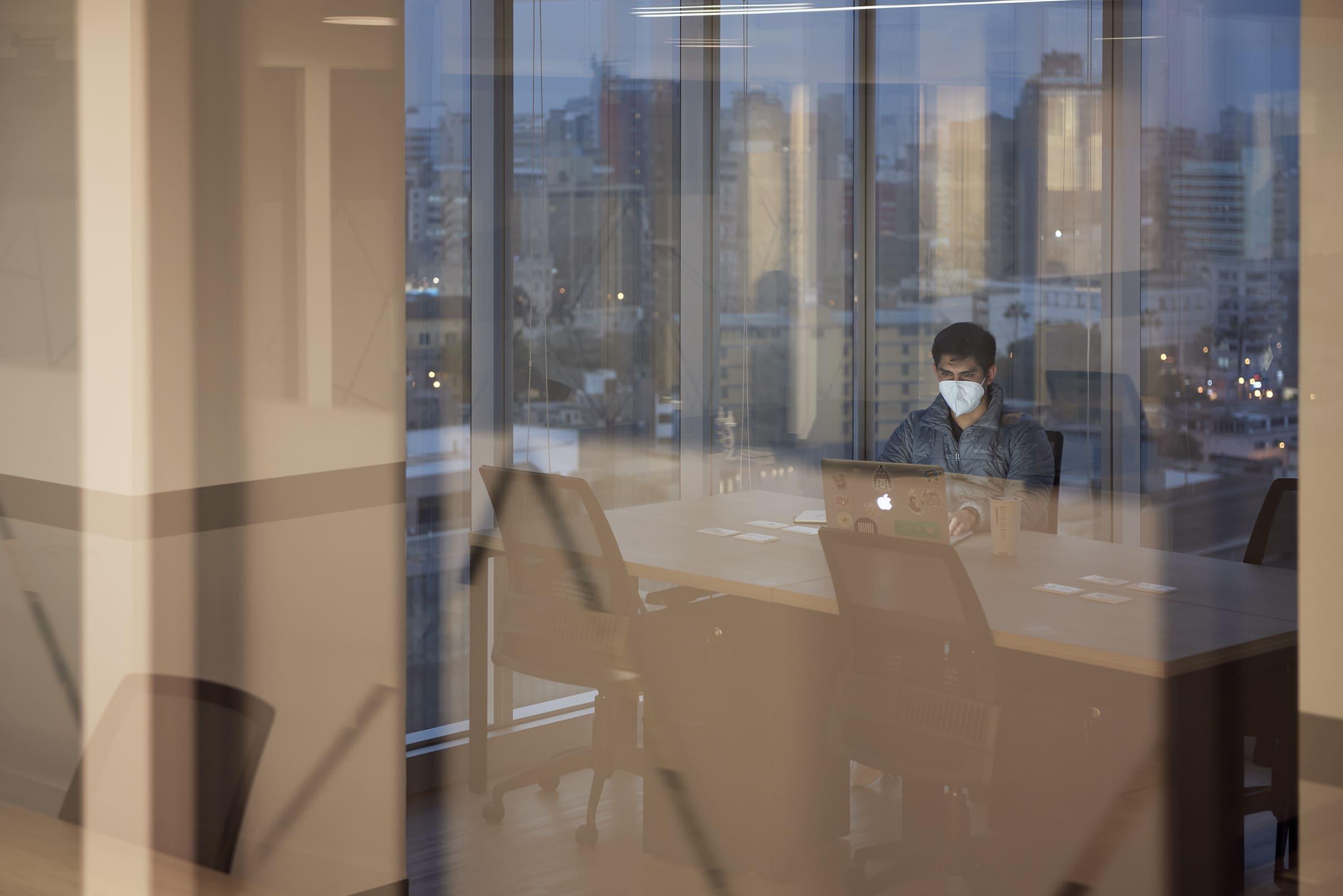 hombre usando una oficina de comunal