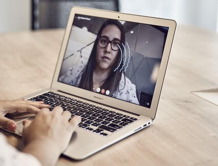 mujer teniendo una videollamada