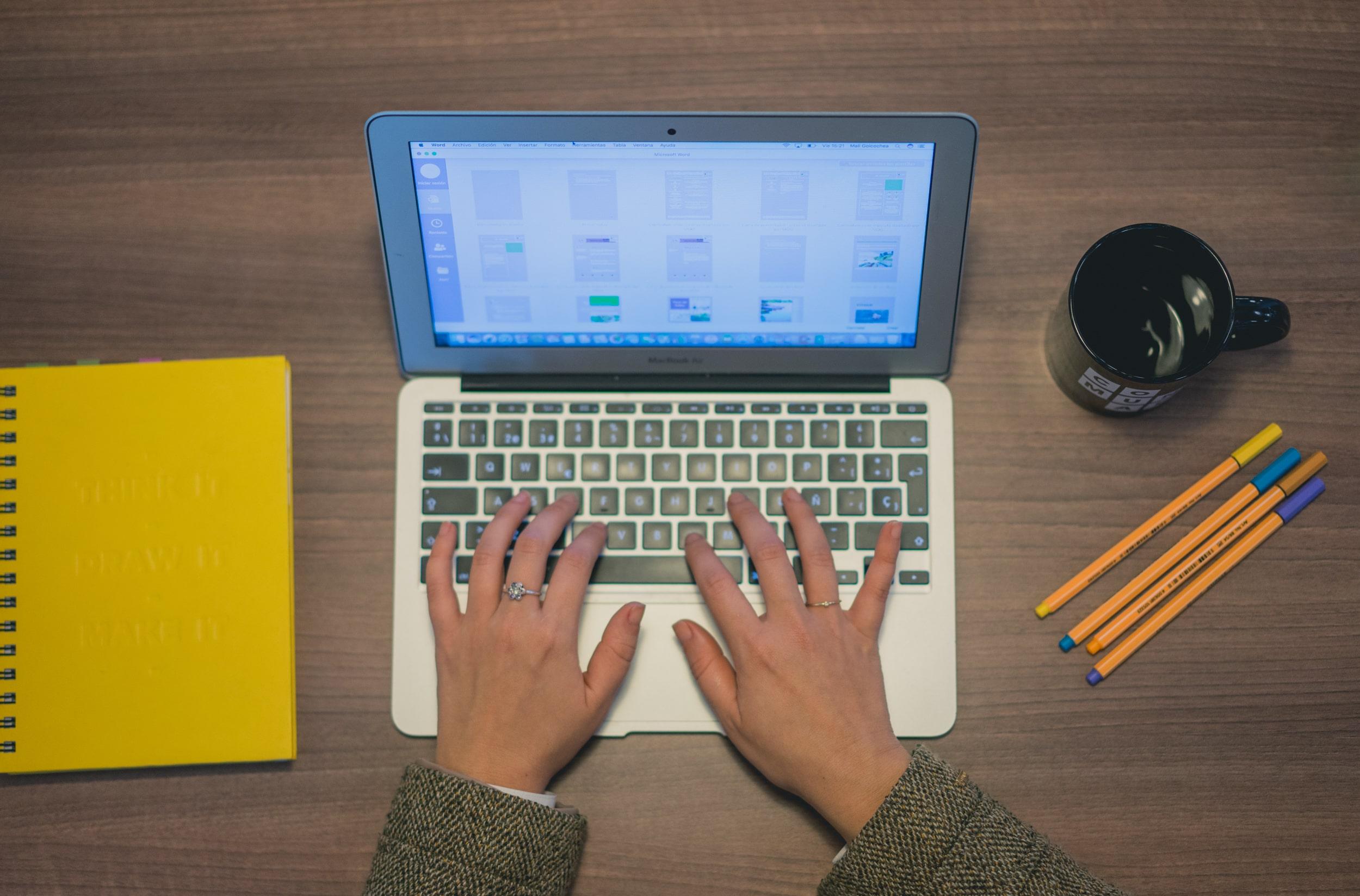 mujer trabajando desde casa en su laptop