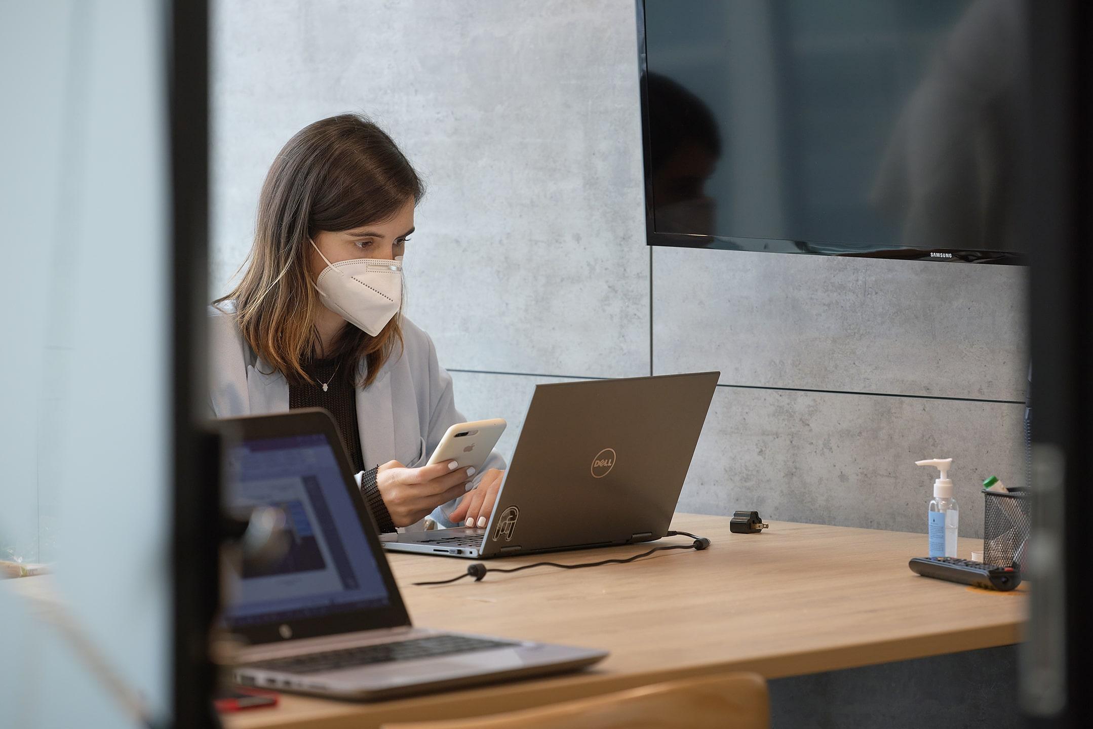 mujer trabajando en una oficina satelite